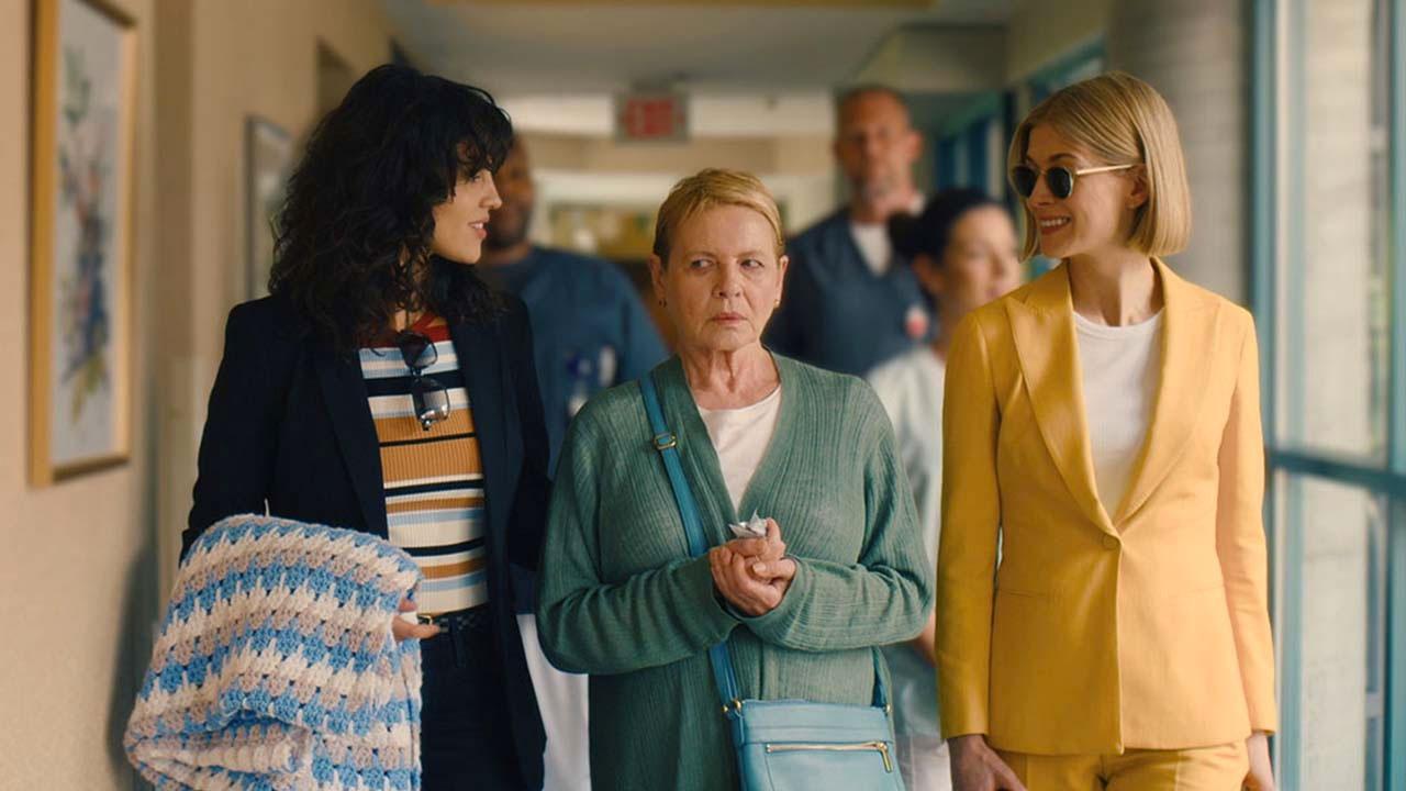 Rosamund Pike in I Care a Lot. Leggi la recensione di cinemando del film di J Blakeson, vincitore di un Golden Globe.