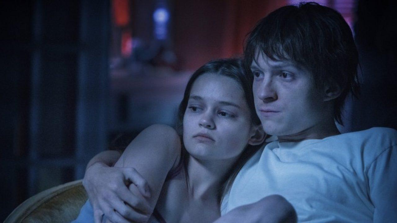 Tom Holland e Ciara Bravo in Cherry. Leggi la recensione di cinemando del film dei fratelli Russo, disponibile in streaming su Apple TV+.